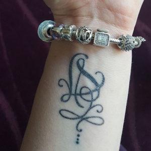 tatouage lettres entrelacées pour poignet